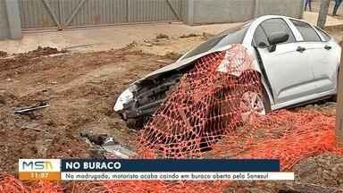 Carro cai em buraco e motorista alega não ter sinalização no local - Em Corumbá.