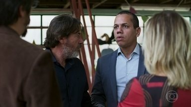 Faruq pode ser impedido de exercer a medicina no Brasil - O médico mostra a Rogério a intimação que recebeu e pede que o advogado o ajude