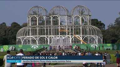 O Jardim Botânico de Curitiba ficou lotado nesta quinta-feira (20) - Muitos turistas decidiram passar o feriado na capital.