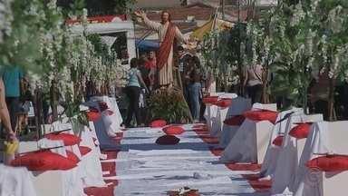 Corpus Christi em Ibitinga atrai milhares de turistas - Com mais de 30 anos de tradição, Ibitinga enfeita as ruas com os famosos bordados neste dia de Corpus Christi e atrai milhares de turistas.