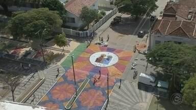 Desenhos com serragem encantaram fiéis em Vera Cruz - Neste dia de Corpus Christi, os desenhos feitos com serragens formaram um grande tapete e encantaram os fiéis, em Vera Cruz, na região de Marília.