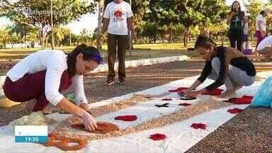 Tradicional montagem dos tapetes coloridos de Corpus Christi mobiliza fiéis no Tocantins - Tradicional montagem dos tapetes coloridos de Corpus Christi mobiliza fiéis no Tocantins