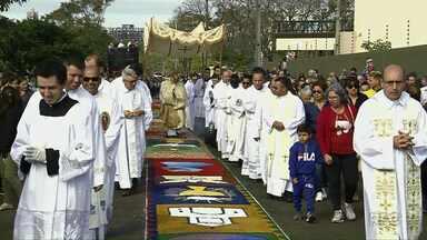 Fiéis participam de confecção de tapete de Corpus Christi ao redor da Catedral em Foz - No sudoeste a celebração foi marcada pela solidariedade.
