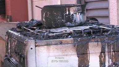 Homem é preso depois de colocar fogo na casa da ex-mulher, em Foz do Iguaçu - Caso foi registrado nesta quinta-feira (20) em Santa Terezinha de Itaipu; segundo a vítima, suspeito não aceitava o fim do relacionamento de sete anos.