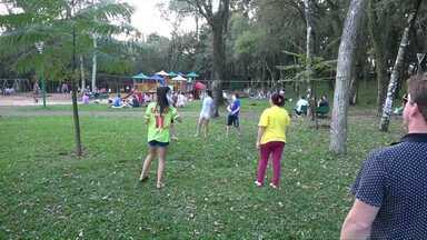 Cascavelenses aproveitam o feriado para praticar esportes - Quadras em praças e avenidas ficaram lotadas de gente aproveitando a quinta-feira de feriado com sol e calor.