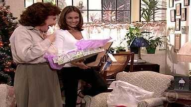 Maria Eduarda entrega presentes para César e a família - Confira