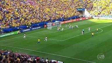 Seleção brasileira goleia o Peru pela Copa América - Torcedores se reuniram em restaurantes e bares de Fortaleza para assistir ao jogo.
