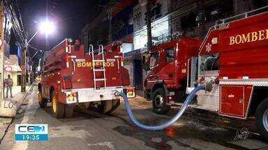 Galeria pega fogo no Centro de Fortaleza - Chamas atingiram o depósito de mercadorias das lojas.