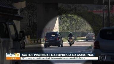 Motos estão proibidas na via expressa da Marginal Pinheiros - Os agentes da CET estão fiscalizando e multando a moto que passa pela pista expressa, no sentido Castello Branco.