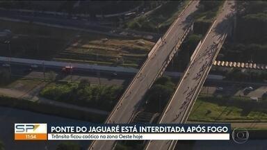 Interdição da Ponte do Jaguaré prejudica o trânsito em São Paulo - Na sexta-feira (21), um incêndio atingiu uma comunidade que ficava embaixo da Ponte de Jaguaré, afetando 50 famílias que moravam por lá e também a estrutura da ponte.
