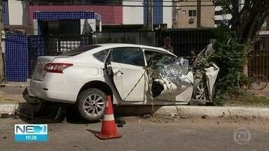 Duas pessoas morrem e duas ficam feridas em acidente de trânsito em Jaboatão - Carro em que jovens estavam bateu em outro veículo e em uma árvore