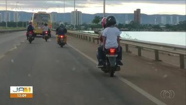 Sem noção: três pessoas em uma moto são flagradas na ponte FHC - Sem noção: três pessoas em uma moto são flagradas na ponte FHC