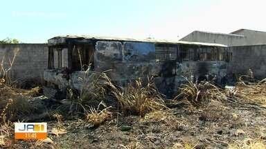 Ônibus transformado em biblioteca pega fogo, em Goiânia - Idealizadores do projeto pedem ajuda para montar uma nova biblioteca.