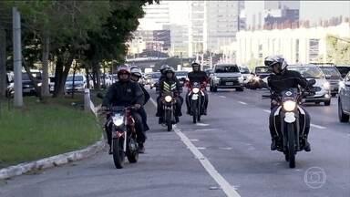 Motociclistas não estão respeitando a restrição na pista expressa da Marginal Pinheiros - Só nos cinco primeiros dias de fiscalização na pista expressa, sentido Castelo Branco, a Polícia Militar multou 75 motocilistas.