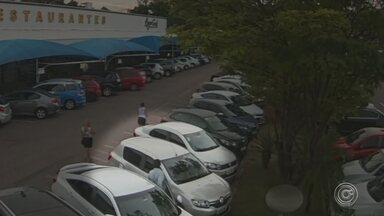Criminosos usam equipamentos para desarmar alarme e furtar carros em estacionamentos - Um tipo de furto de veículos que era registrado em rodovias agora está sendo feito também em estacionamentos de supermercados em Jundiaí (SP). Quadrilhas usam equipamentos para desarmar o alarme, o que facilita o acesso à parte interna dos carros.