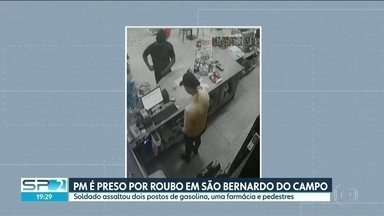 Soldado da PM é preso após roubar dois postos de gasolina em São Bernardo do Campo - Câmeras de segurança mostram o soldado entrando na loja de conveniência de um dos postos. Ele saca a arma da cintura e pede o dinheiro do caixa. Depois, sai tranquilamente.