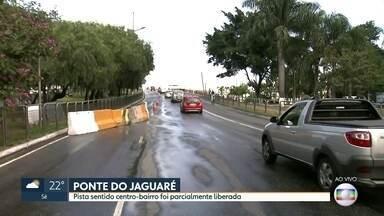 Pista centro-bairro da ponte do Jaguaré foi parcialmente liberada para veículos leves - Trânsito ficou mais tranquilo hoje na região da ponte.