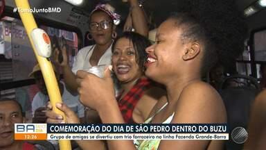 Amigos se reúnem em ônibus para comemorar festa de São Pedro antecipadamente - O grupo é do bairro de Fazenda Grande do Retiro e se conheceu há quatro anos, no mesmo coletivo que pegam todos os dias.