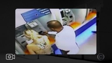 """Bandidos fingem ser funcionários de banco para roubar clientes em agências - Conhecido como golpe do """"Posso ajudar?"""", ladrões fingem que são ajudantes da área dos caixas eletrônicos."""
