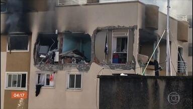 Polícia apura explosão seguida de incêndio em apartamento em Curitiba; criança morreu - Um menino morreu e três pessoas ficaram feridas na explosão, seguida de incêndio, de um apartamento em Curitiba.