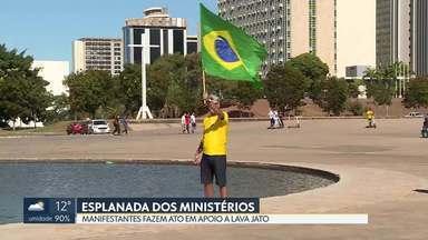 Ato na Esplanada reúne manifestantes favoráveis à Reforma da Previdência - Pessoas também manifestaram apoio ao ministro Sérgio Moro e à Lava Jato.
