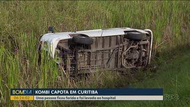 Kombi que levava pacientes para hemodiálise capota no Orleans - Acidente aconteceu após um caminhão soltar um pedaço de pneu.