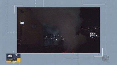 Incêndio destrói barracão abandonado em Poços de Caldas, MG - Incêndio destrói barracão abandonado em Poços de Caldas, MG