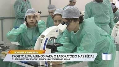 Projeto leva alunos para laboratório de ciências nas férias - 25 estudantes de escolas públicas de São José participam das aulas
