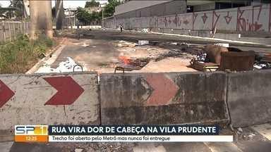 Rua aberta pelo metrô na Vila Prudente nunca foi aberta - O local está abandonado e se transformou no endereço de muitos moradores de rua.