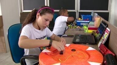 Criança inventa bóia que avisa quando há lixo na água - Uma menina de apenas dez anos inventou uma bóia que avisa quando tem lixo na superfície da água. Ela faz parte de uma turma de crianças que aprendem robótica. Elas ficam livres para criar inventos que podem melhorar a vida das pessoas.