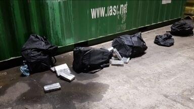 Receita Federal apreende 300 kg de cocaína que caíram de contêiner no Porto de Paranaguá - Bolsas com a droga caíram no pátio enquanto a carga era movimentada dentro de terminal.