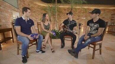Léo e Junior agitam o Mais Caminhos deste sábado (06) - Pedro e Cris recebem a dupla que canta o hit 'Ô lá em Casa'! Eles falam sobre a carreira e cantam muitos sucessos!