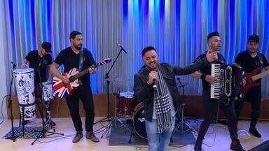 Jackson Machado canta 'Na Hora de Falar Tchau' no Jornal do Almoço - Artista já participou de várias bandas de baile ao longo da carreira.