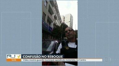 Vídeo mostra guarda municipal agredindo motorista no centro do Rio - Uma nova denúncia contra a ação de reboques na cidade do Rio está circulando nas redes sociais. É um vídeo em que um guarda municipal aplica uma multa, no Centro, em um local sem placa de sinalização para os motoristas.