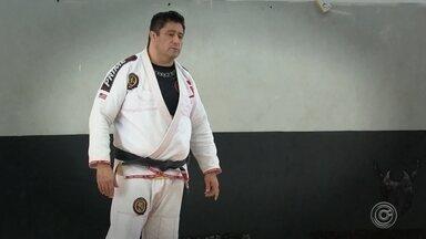 Professor de artes marciais suspeito de agressões é afastado das aulas - Rede de academias onde Herman Gutierrez presta serviços decidiu pelo afastamento durante a noite. A medida permanece enquanto as investigações seguirem contra ele.