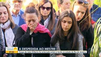 João Gilberto é enterrado sob forte comoção no Rio de Janeiro - Familiares e amigos se despediram do ilustre baiano, que também recebeu homenagens dos fãs.