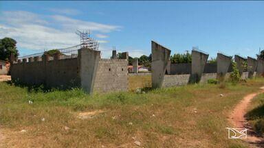 Obra em ginásio de esportes está abandonada há quatro anos em Aldeias Altas - Construção é exemplo do mal uso do dinheiro público.