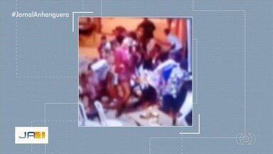 Vídeo mostra correria quando homem é baleado após briga em festa, em Planaltina - Segundo Polícia Civil, atirador teve discussão com vítima pouco antes em festa de som automotivo e o seguiu até o local, onde efetuou os disparos e fugiu. Ferido foi levado ao hospital.
