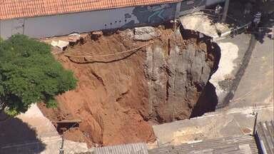 Após 6 meses, famílias afetadas por abertura de cratera seguem fora de casa em São José - Problema começou depois que uma cratera se abriu no Jardim Imperial.