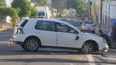 Carro bate em árvore e capota em frente ao Sesc de Bauru - Motorista dirigia em baixa velocidade, mas veículo subiu na calçada, bateu numa árvore e capotou. Ele teve apenas escoriações e foi socorrido por testemunhas antes da chegada dos bombeiros.