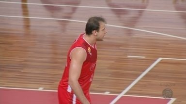 Pivô Renato Carbonari é o novo reforço do Bauru Basket - Aos 32 anos, o pivô que defendeu o Pinheiros na última temporada esteve presente em todas edições do NBB. Ele é o quinto reforço do Dragão para temporada 2019/2020.