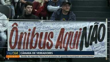 Sessão na Câmara Municipal de Ponta Grossa tem protesto de comerciantes - Eles protestaram contra estudo da prefeitura para implantar canaleta em calçadão.