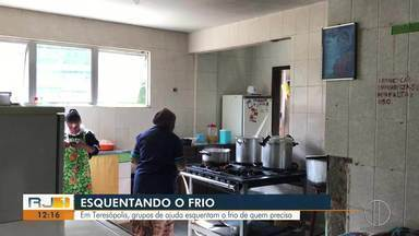 Em Teresópolis, grupos de ajuda esquentam o frio de quem precisa - Assista a seguir.
