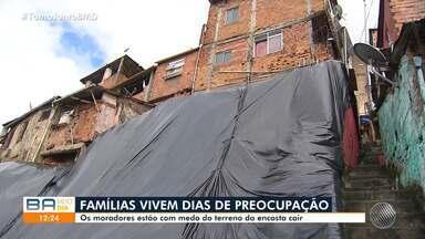 Moradores de encosta no bairro de Santa Mônica temem deslizamentos de terra - Muita gente está com medo de perder as casas.