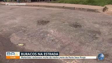 Motoristas reclamam de buracos na região do Porto Seco Pirajá - Após as fortes chuvas, o local está cheio de com crateras.