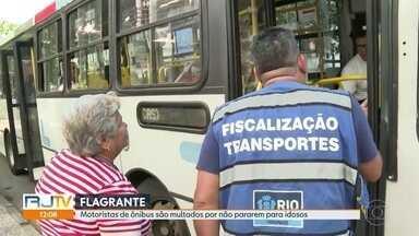 Motoristas de ônibus são multados por não pararem para idosos - A secretaria municipal de Transportes fez na manhã desta quinta (11) uma operação para coibir motoristas que desrespeitam a Lei da Gratuidade.