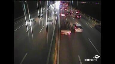 Obras do BRT Transbrasil deixam o trânsito lento na Ponte Rio-Niterói - Motoristas que vêm de Niterói para o Rio enfrentam um grande engarrafamento. O tempo de travessia na tarde desta quinta-feira (11) chegou a cerca de uma hora e 20 minutos.
