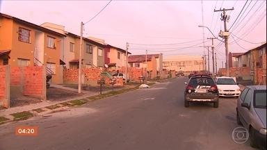 Traficantes do RS expulsam famílias de casa e transformam imóveis em pontos de tráfico - A quadrilha era comandada por um preso que está na cadeia pública de Porto Alegre.Vinte suspeitos foram presos.