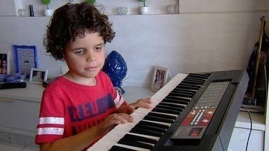 Garoto autista que toca todas as músicas de Sandy e Júnior participa do programa Encontro - Ele foi um dos convidados da apresentadora Fátima Bernardes.