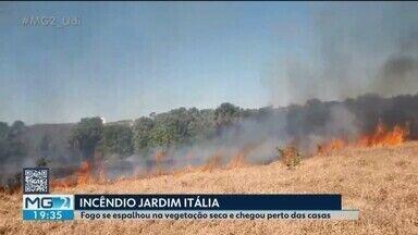 Bombeiros combatem incêndio no Bairro Jardim Itália em Uberlândia - Fogo se espalhou rapidamente pela vegetação seca e as chamas chegaram vem perto das residências.